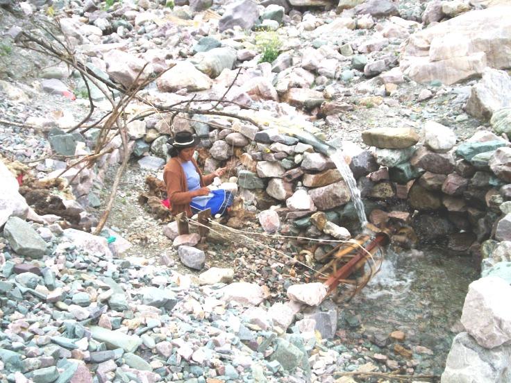 mujer con un hilar en el medio del camino entre Iruya y San Isidro
