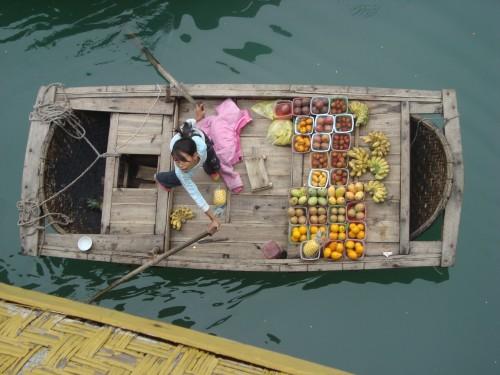 Vendedora de frutas en la Bahía de Halong